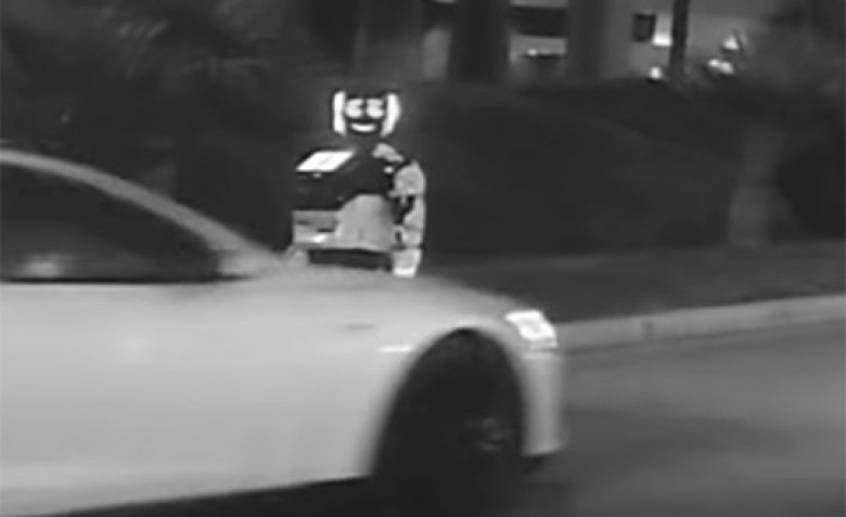 Битката на машините: Вижте как безпилотен електромобил Tesla удари руски робот (СНИМКИ/ВИДЕО)