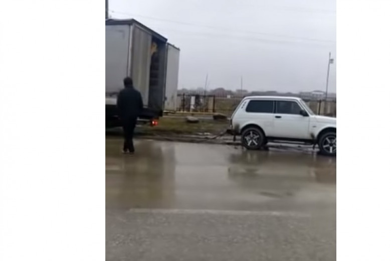 """Нива"" тегли огромен ТИР като детско камионче (ВИДЕО)"